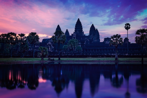 Ангкор-ват - известный камбоджийский ориентир - на рассвете