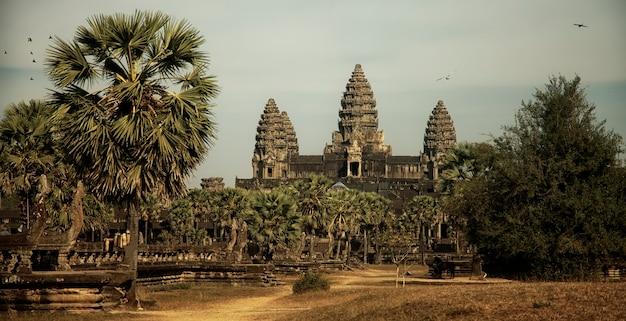 Храм ангкор-ват центральный вход в храм без людей, сиемреап, камбоджа