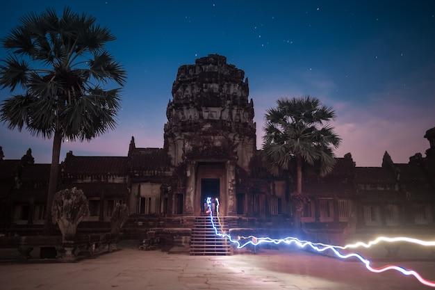 밤에 캄보디아의 앙코르 와트 사원과 세계에서 가장 큰 종교 기념물