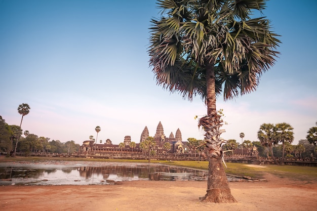 캄보디아의 앙코르 와트 사원은 세계에서 가장 큰 종교 기념물이자 1992년 유네스코 세계 문화 유산 목록에 등재된 세계 유산으로 등재된 복합 단지입니다. 고대 크메르 건축