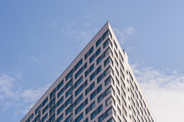 曇り空のテーブルの超高層ビルの角度