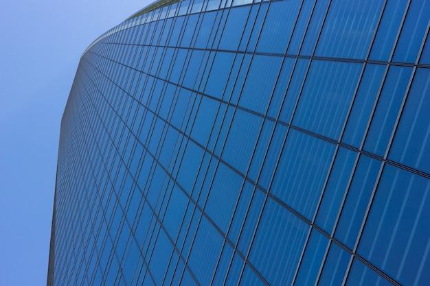 Угловая перспектива стеклянного небоскреба, вид снизу финансовое синее здание в сантьяго-де-чили