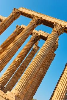 그리스 아테네에 있는 제우스 신전의 골동품 기둥의 각도 샷