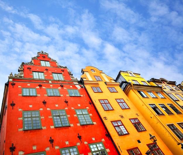 Угловой снимок зданий на площади сторторгет в стокгольме, швеция