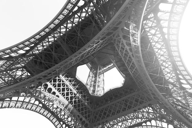 Угловой снимок эйфелевой башни в париже, франция. черно-белое изображение
