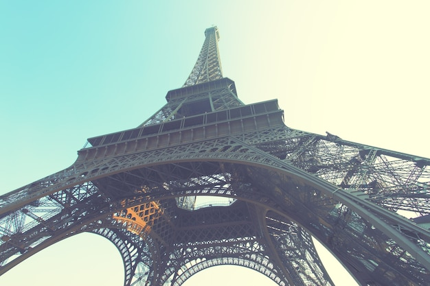 Угловой снимок эйфелевой башни в париже, франция. ретро стиль