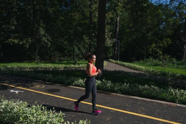 屋外でのランニングを楽しんでいる女性の画角。健康的なsportifライフスタイル。カーディオトレーニング