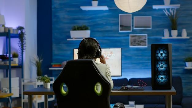 オンラインチャンピオンシップ中にスペースシュータービデオゲームを失う怒っているアフリカのプロの女性ゲーマー。 eスポーツトーナメント中にゲームルームで強力なパーソナルコンピューターを使用して仮想ビデオゲームをテストするサイバープレーヤー