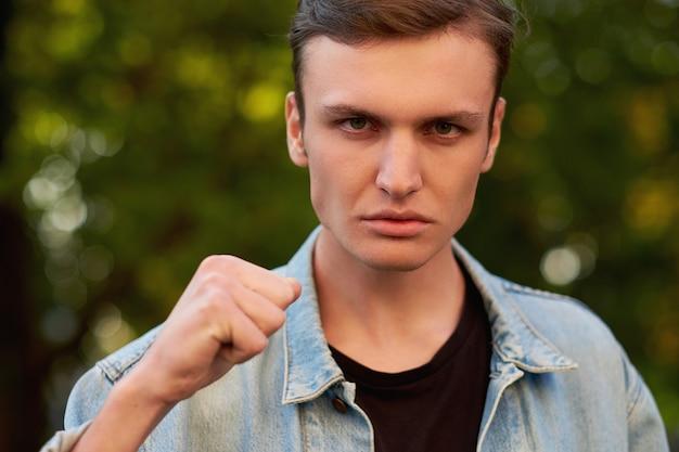 화난 공격적인 남자 얼굴. 의사 소통, 싸움 및 증오, 하드 이혼 개념의 문제