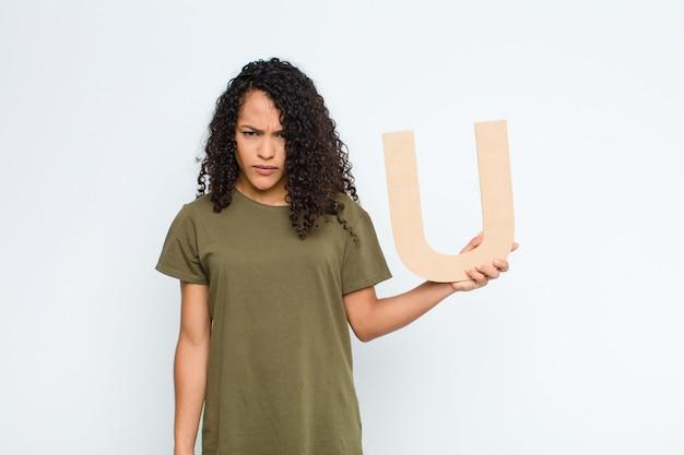 怒り、怒り、意見の相違、アルファベットのuの文字を保持して単語または文を形成します。