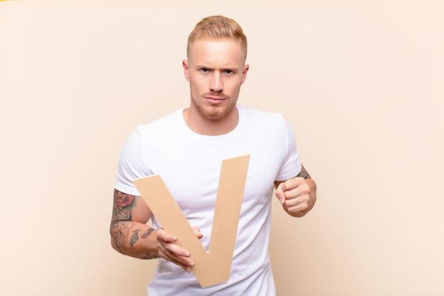 Злой, гнев, несогласие, держа букву v алфавита, чтобы сформировать слово или предложение.