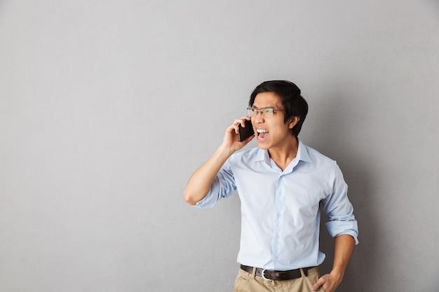 고립 된 서 화가 아시아 비즈니스 남자, 휴대 전화에 대 한 얘기