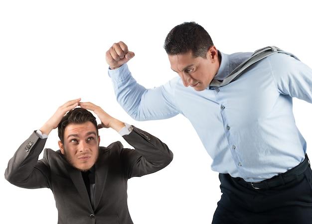 Злой босс бьет испуганного сотрудника