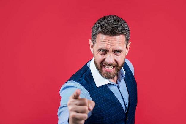 怒っている上司は猛烈な指差しと赤い背景を非難し、狂った。