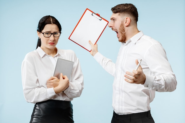 怒っている上司。男と彼の秘書はオフィスやスタジオに立っています。彼の同僚に叫んでいるビジネスマン。オフィス関係の概念、人間の感情