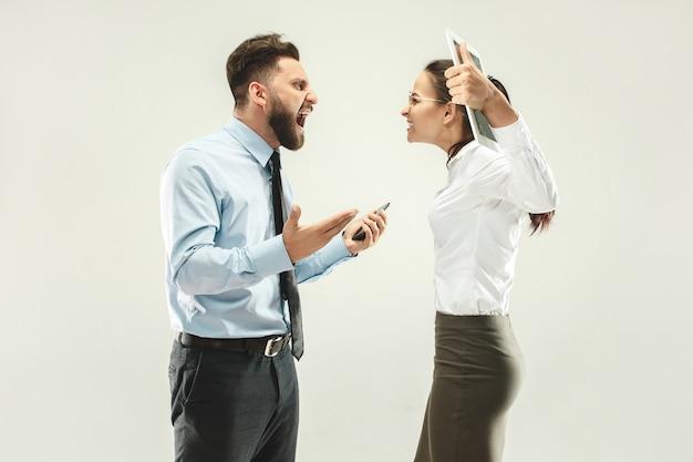 Злой босс. мужчина и его секретарь стоят в офисе или студии
