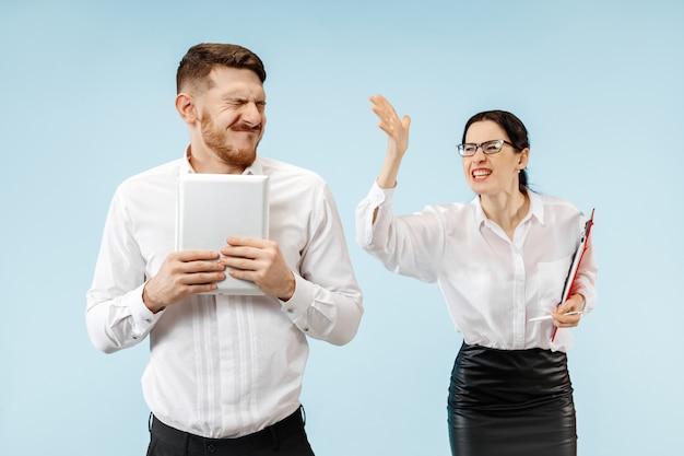 화난 보스. 여자와 그의 비서 사무실이나 스튜디오에 서. 그의 동료에 게 비명 사업가입니다. 여성 및 남성 백인 모델. 사무실 관계 개념, 인간의 감정