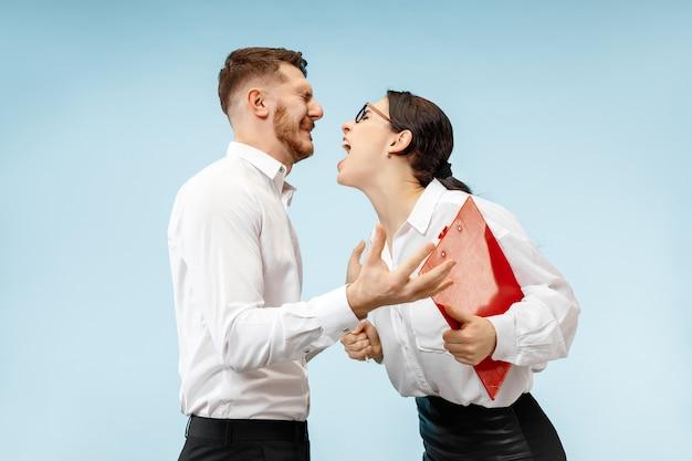 怒っている上司。オフィスやスタジオに立っている女性と彼の秘書。