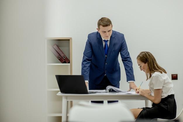 화가 난 상사는 젊은 직원에게 고함을 지르며 스트레스를 받고 좌절감을 느낍니다. 적대적인 상사와 몰려 오는 개념입니다.
