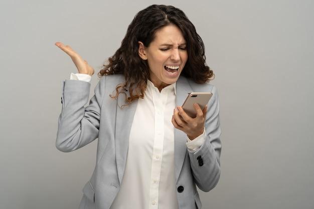 휴대 전화에 큰 소리로 비명 화가 비즈니스 여자, 고립 된 스마트 전화에 전화 소리