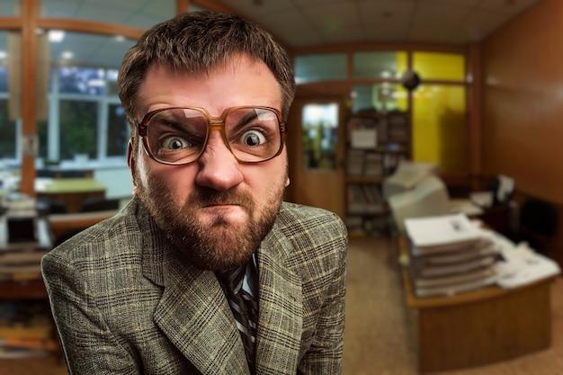 Злой бизнесмен в офисе