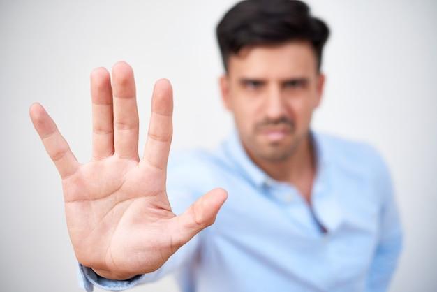 停止のジェスチャーを示す怒っているビジネスマン