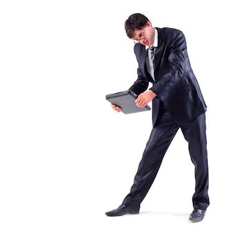 Злой бизнесмен хочет взломать ноутбук, изолированный на белом