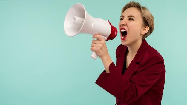 Злой кандидат бизнесвумен с мегафоном на синем фоне - изображение
