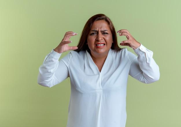 Злая случайная кавказская женщина средних лет разводит руками