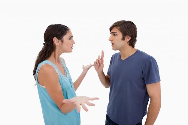 Разгневанная пара спорит