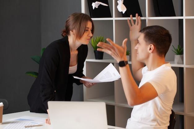 怒っている顧客は会社のマネージャーと対立しています