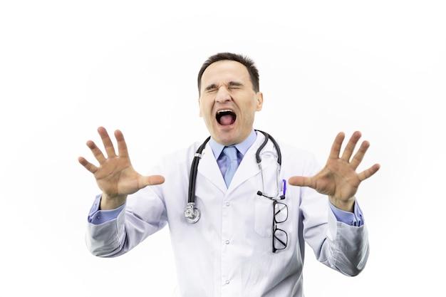 怒りの医者が狂ったように叫び、攻撃的な表情と腕を上げて叫んだ