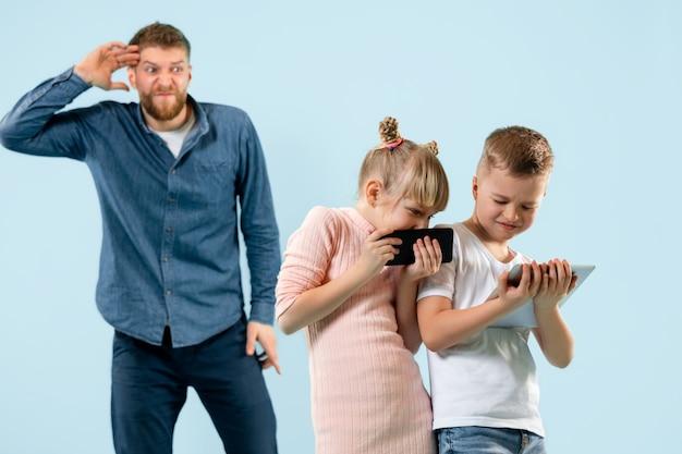 怒った父親が息子と娘を家で叱る。