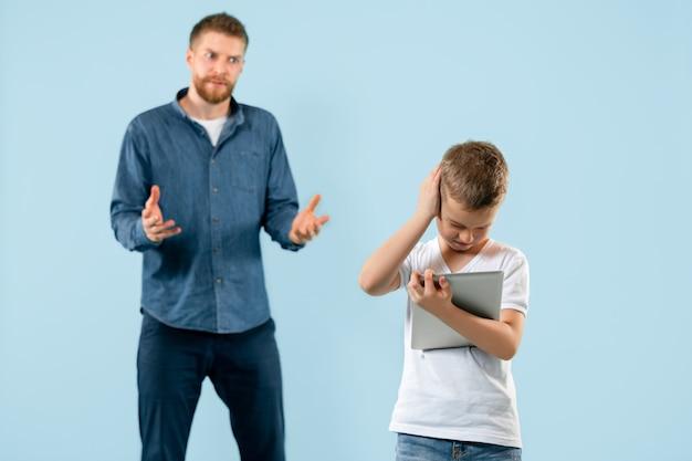 怒った父親が家で息子を叱る