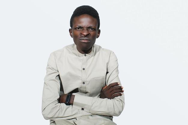 Злой красивый африканский парень, выглядящий недовольным, черный взрослый