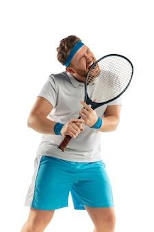 怒り。非常に緊張したゲーム。白いスタジオの背景に分離されたプロのテニスプレーヤーの面白い感情。ゲームの興奮、人間の感情、顔の表情、スポーツコンセプトへの情熱。