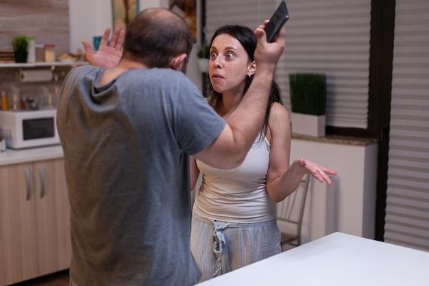 Злой ревнивый муж изменяет несчастная жена