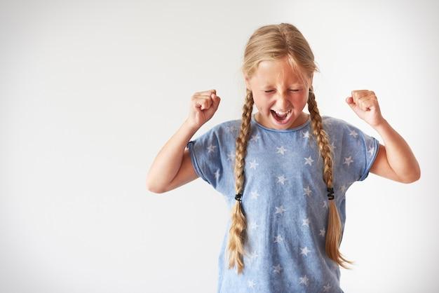 Bambina arrabbiata che grida molto forte