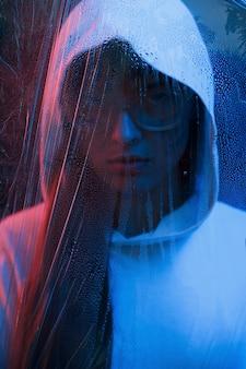 Злой взгляд. студия снята в темной студии с неоновым светом. портрет молодой девушки.