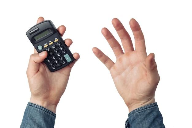 Сердитые мужские руки считают на калькуляторе, изолированном на белом фоне