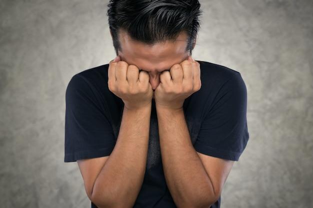 화난 사람, 그들의 손으로 아시아 남자는 분노 때문에 눈을 감았습니다.