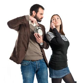 彼のガールフレンドが電話でそんなに話すので怒っている男