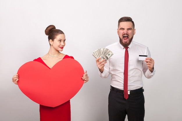 怒っている男は笑顔の愛の女性のために彼の支払いを咆哮します