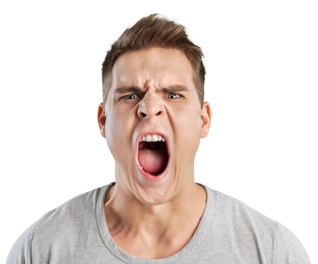 Злой человек кричит, изолированные на белом фоне
