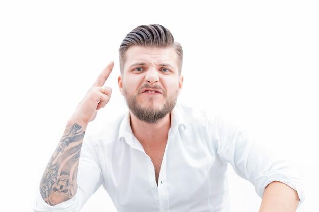 Злой человек угрожает своему противнику. понятие домашнего насилия, пьянства, несчастья. смешанная техника