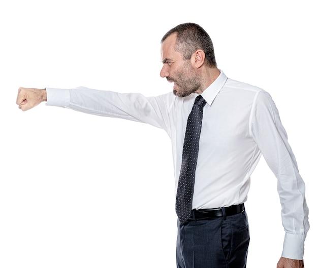 Злой человек с кулаком и агрессивным выражением лица