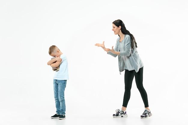 怒った母親が家で息子を叱る。