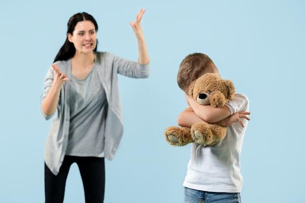 怒った母親が家で息子を叱る