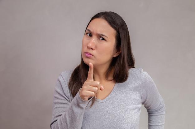 テキストのためのスペースで背景に叱る怒っている母親。
