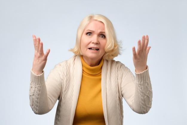 怒っている歳の女性と主張